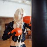 Hübsche Sportfrau mit Boxhandschuhen Lizenzfreie Stockfotografie