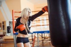 Hübsche Sportfrau mit Boxhandschuhen Stockbilder