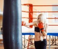 Hübsche Sportfrau mit Boxhandschuhen Lizenzfreie Stockbilder