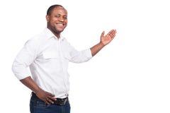 Hübsche Stellung und Lächeln des schwarzen Mannes Lizenzfreie Stockfotos