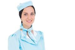 Hübsche Stewardess, die an der Kamera lächelt Lizenzfreie Stockfotografie