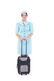 Hübsche Stewardess, die Koffer hält Lizenzfreie Stockbilder