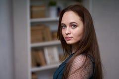 Hübsche Studentin Surrounded durch Bibliotheks-Bücher stockbilder