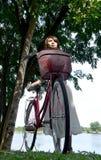 Hübsche und junge Frau mit Fahrrad Lizenzfreie Stockfotos