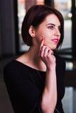 Hübsche und schöne junge Geschäftsfrau Portret Lizenzfreies Stockfoto
