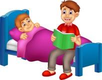 Hübsche Vaterkarikatur las ihren Sohn Schlafenszeitmärchen Lizenzfreie Stockfotos