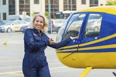 Hübsche Versuchsfrau auf helocopter Hintergrund Lizenzfreie Stockbilder