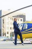 Hübsche Versuchsfrau auf Hubschrauberhintergrund Lizenzfreie Stockfotos