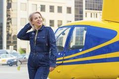 Hübsche Versuchsfrau auf Hubschrauberhintergrund Stockbild