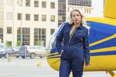 Hübsche Versuchsfrau auf Hubschrauberhintergrund Stockfotos