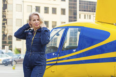 Hübsche Versuchsfrau auf Hubschrauberhintergrund Stockbilder
