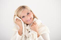 Hübsche Winterfrau mit weißem Schal Stockbilder