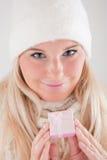 Hübsche Winterfrau mit Weihnachtsgeschenk Stockbilder
