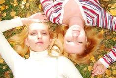 Hübsche womans im Herbstpark. lizenzfreie stockfotos