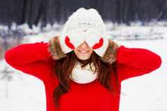 Hübsche Yong-Frau in der roten Strickjacke Stockbilder