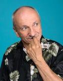 Hübscher älterer Mann mit einem schlauen Ausdruck Lizenzfreie Stockbilder