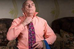 Hübscher älterer Mann versucht auf einer schönen Bindung Lizenzfreie Stockfotos