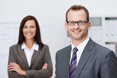 Hübscher überzeugter Geschäftsmann in den Gläsern lizenzfreie stockfotos