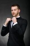 Hübscher überzeugter Geschäftsmann im schwarzen Anzug stockfoto