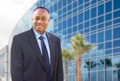 Hübscher Afroamerikaner-Geschäftsmann vor Unternehmensgebäude Stockbilder