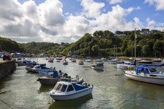 Hübscher alter Fishguard-Hafen, Wales Großbritannien lizenzfreie stockfotografie