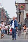 Hübscher alter Mann im Stadtzentrum, Peking, China Stockfotografie
