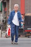 Hübscher alter Mann im Stadtzentrum, Peking, China Lizenzfreies Stockbild