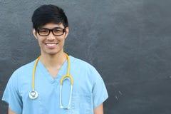 Hübscher asiatischer männlicher Student Smiling auf Grau mit Kopien-Raum Stockfotografie
