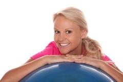 Hübscher Athlet auf Übungs-Ball Stockfoto