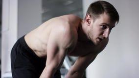 Hübscher athletischer Mann mit stillstehender Stellung des nackten Torsos in einem hym stock video footage