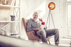 Hübscher Ausgabentag des älteren Mannes zu Hause stockbild