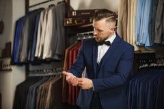 Hübscher bärtiger Geschäftsmann in der klassischen Klage Ein junger stilvoller Mann in einer Stoffjacke Es ist im Ausstellungsrau Lizenzfreies Stockbild