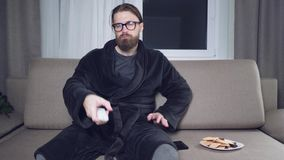 Hübscher bärtiger Mann, der fernsieht stock video