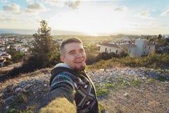 Hübscher bärtiger Mann, der selfie nimmt Glücklicher Student macht lustiges Bild für sein Blog Lizenzfreie Stockfotografie