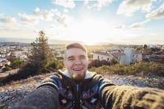 Hübscher bärtiger Mann, der selfie nimmt Glücklicher Student macht lustiges Bild für sein Blog Stockfotos