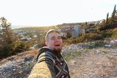 Hübscher bärtiger Mann, der selfie nimmt Glücklicher Student macht lustiges Bild für sein Blog Stockfoto