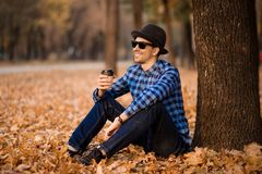 Hübscher bärtiger Mann mit der Papierschale Morgenkaffee gehend in Park lizenzfreies stockfoto