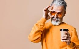 Hübscher bärtiger Mann mit Papierschale Morgenkaffee stockfoto