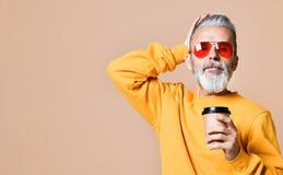 Hübscher bärtiger Mann mit Papierschale Morgenkaffee lizenzfreies stockbild