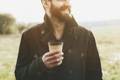 Hübscher bärtiger Mann mit Papiertasse kaffee lizenzfreie stockfotos