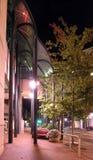 Hübscher Bürgersteig nachts Stockfotografie