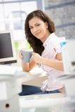Hübscher Büroangestellter, der Bruch im Büro hat Stockfoto