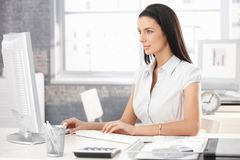 Hübscher Büroangestellter am Schreibtisch Stockfotografie