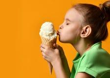 Hübscher Babykinderkussvanilleeis im Waffelkegel lizenzfreie stockfotos