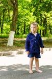 Hübscher barfüßig kleiner Junge, der wartend steht Lizenzfreies Stockfoto