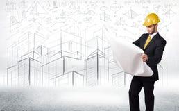 Hübscher Bauspezialist mit Stadtzeichnung im Hintergrund Stockfoto