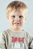 Hübscher blonder Junge, der Kamera betrachtet Lizenzfreie Stockfotos