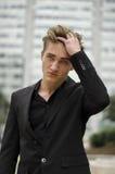 Hübscher blonder junger Mann im Freien in der Stadteinstellung Lizenzfreie Stockfotografie
