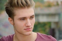 Hübscher blonder Kopfschuß des jungen Mannes draußen Lizenzfreies Stockfoto