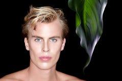 Hübscher blonder Mann auf schwarzem Hintergrund Lizenzfreie Stockfotografie